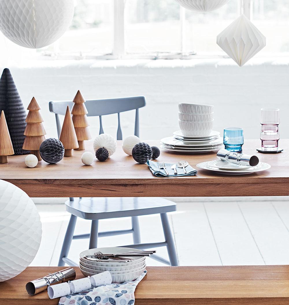 Drevené stromčeky vskupinkách majú svoje čaro. Budú pripomínať miniles. Vyniknú nielen na vianočnom stole, ale ipoložené na komode, okennom parapete či kozube. Stromčeky hľadajte na www.sainsburys.co.uk.