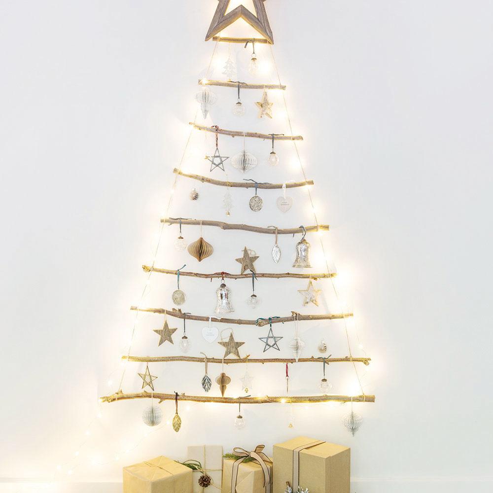 Stromček vyrobený zbrezových konárov vytvarovaných do trojuholníka azavesený na reťazi sa teší stále veľkej obľube. Stačí ho dozdobiť dekoráciami alebo svetielkami, ktoré spolu so stromčekom nájdete na www.amara.com.