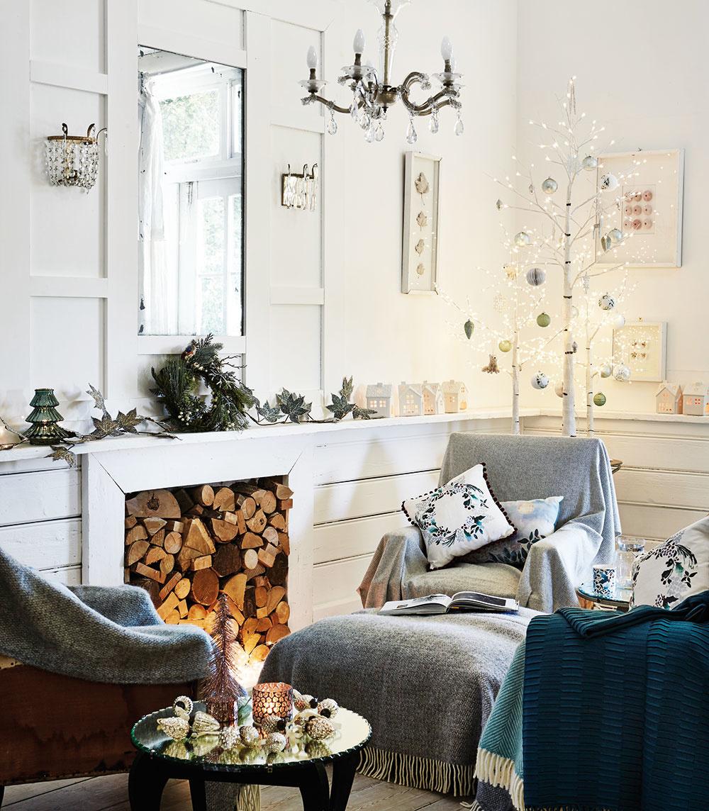 Kmoderným Vianociam patria stromčeky nielen ihličnaté, ale ilistnaté. Bielu brezu sholými konárikmi stačí len ozdobiť pár guľami avianočnými svetlami. Dekorácie hľadajte na shop.nationaltrust.org.uk