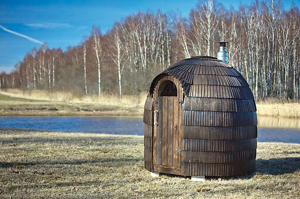 Viac ako 2 500 ručne opracovaných šindľov zo smrekového a osikového dreva zaisťuje dokonalú ochranu pred nepriazňou počasia a robí z tejto sauny skutočne unikátnu stavbu, doslova umelecké dielo. Kupolovitý tvar zaručuje dokonalú cirkuláciu vzduchu a najvyšší komfort saunovania. Vnútri sa nachádza vykurovacie teleso na tuhé palivo vrátane komínového systému. www.kupelne-ptacek.sk