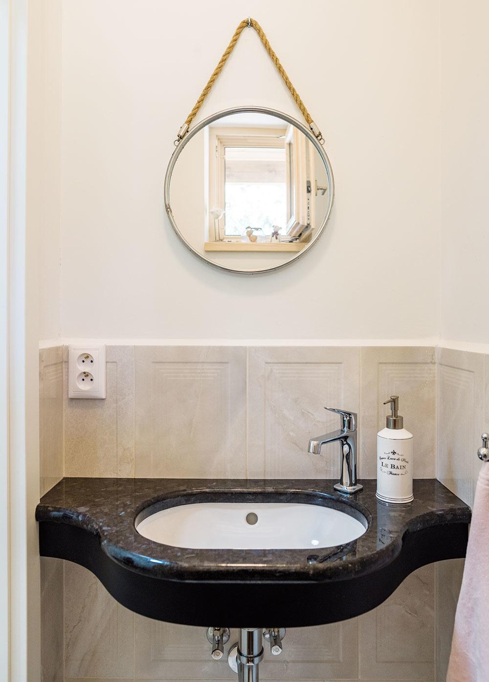 Umývadielko na toalete je tvarované tak, aby sa dalo okolo neho vmalom priestore prejsť, zároveň je však dostatočne veľké na umytie rúk bez toho, aby voda striekala všade naokolo (čo sa omnohých umývadlách na WC povedať nedá).