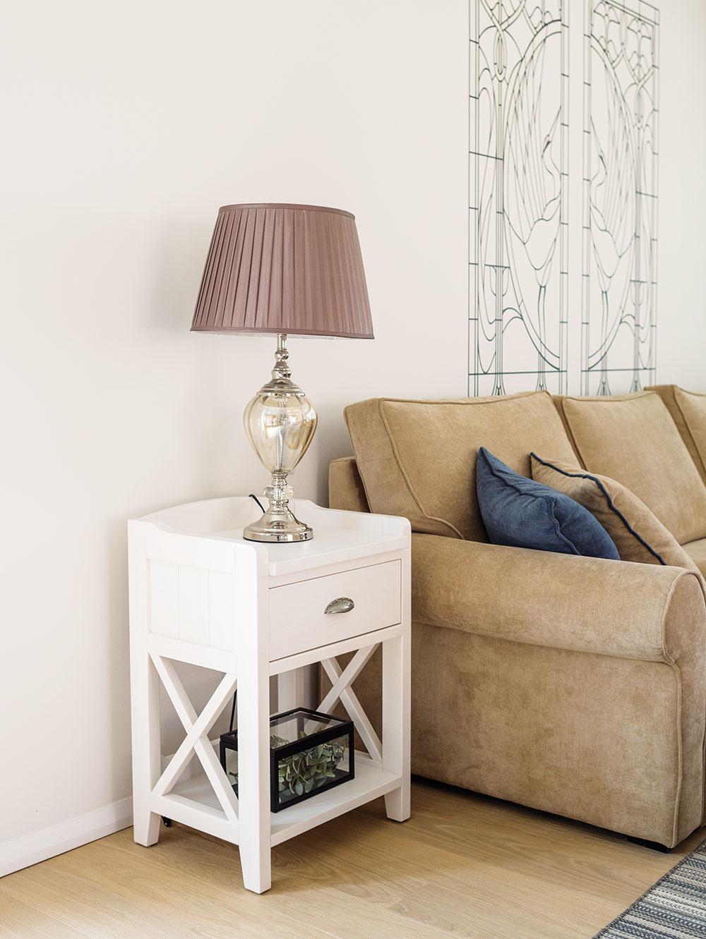 Príručný stolík pochádza zo Španielska. Predáva Malvarosa.