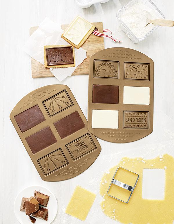 Súprava na čokoládové sušienky svianočnými motívmi anápismi vyrobená zo silikónu znesie teplotu až do 230 °C. Súčasťou sú aj vykrajovačky zušľachtilej ocele. Celú súpravu za 7,99 € hľadajte vo vianočnej kolekcii Tchibo.