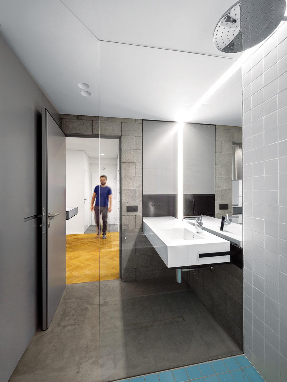 Nová kúpeľňa dostala viac priestoru na novom mieste. Pre tento dispozičný zásah mali architekti pripravených viacero technických variantov, hrúbka askladba podlahy však nakoniec umožnili skryť odpadové potrubie aj pri väčšej vzdialenosti od zvislých rozvodov.
