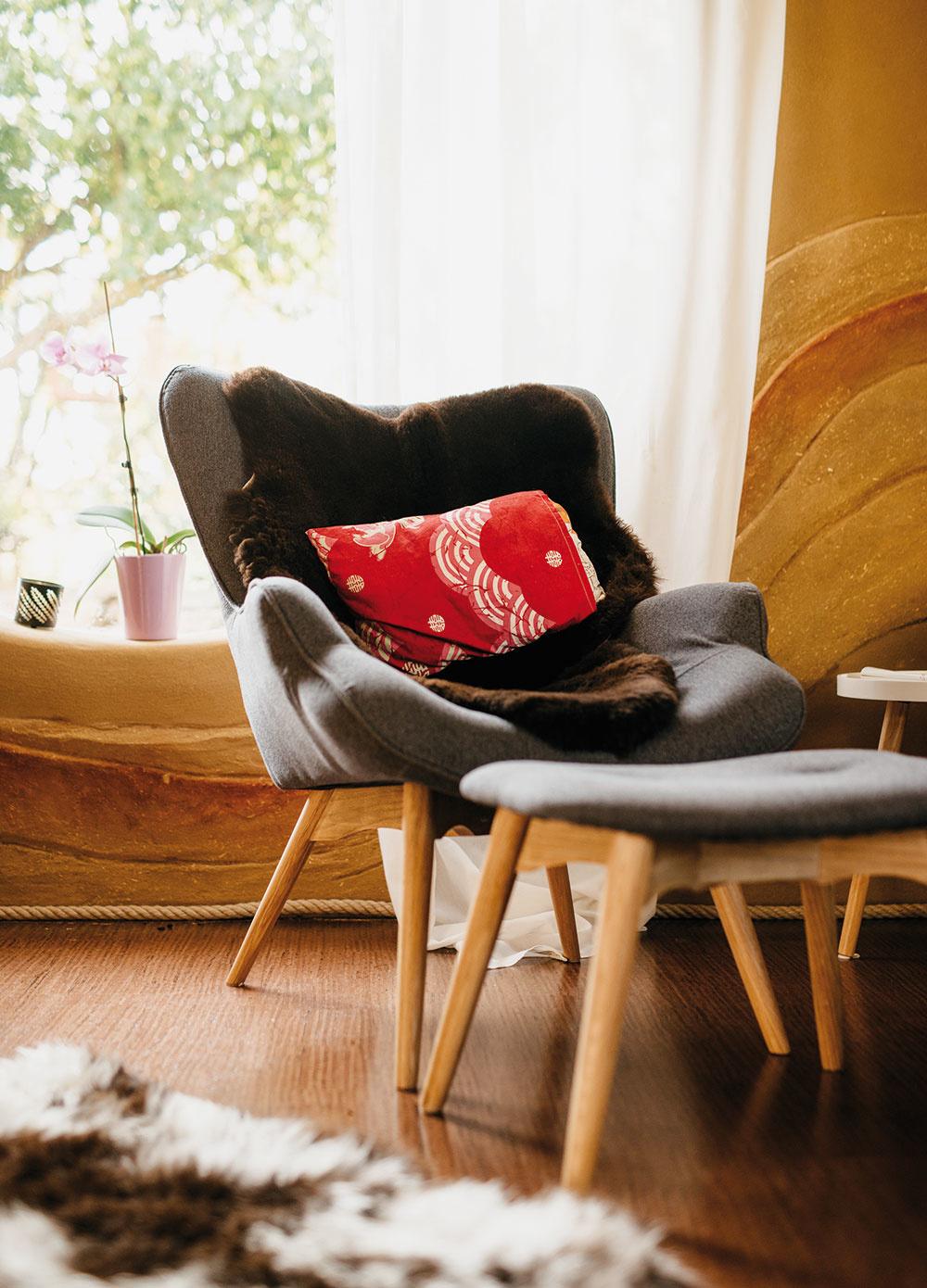 Sedenie do polkruhu podporuje príjemný rozhovor. Takúto flexibilitu sedenia poskytujú solitérne kreslá.  www.jysk.sk