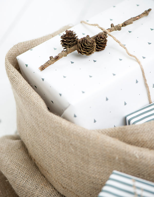 Baliaci papier od značky IB Laursen, rolka obsahuje 10 m papiera smotívom stromčekov včiernej farbe, šírka 52,5 cm, 10,60 €, www.bellarose.sk