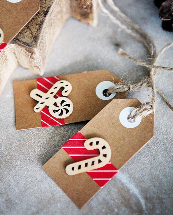 Menovky na darčeky, ručne vyrobené včervenej farbe so špagátom na zavesenie, archivačný papier, špagát, 2,5 × 9 cm, 0,35 €/ks, www.sashe.sk/ArtStore