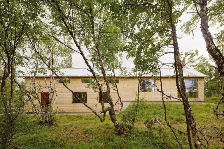 V jednoduchosti je krása: Nenápadná drevená chata s pokorou k prostrediu