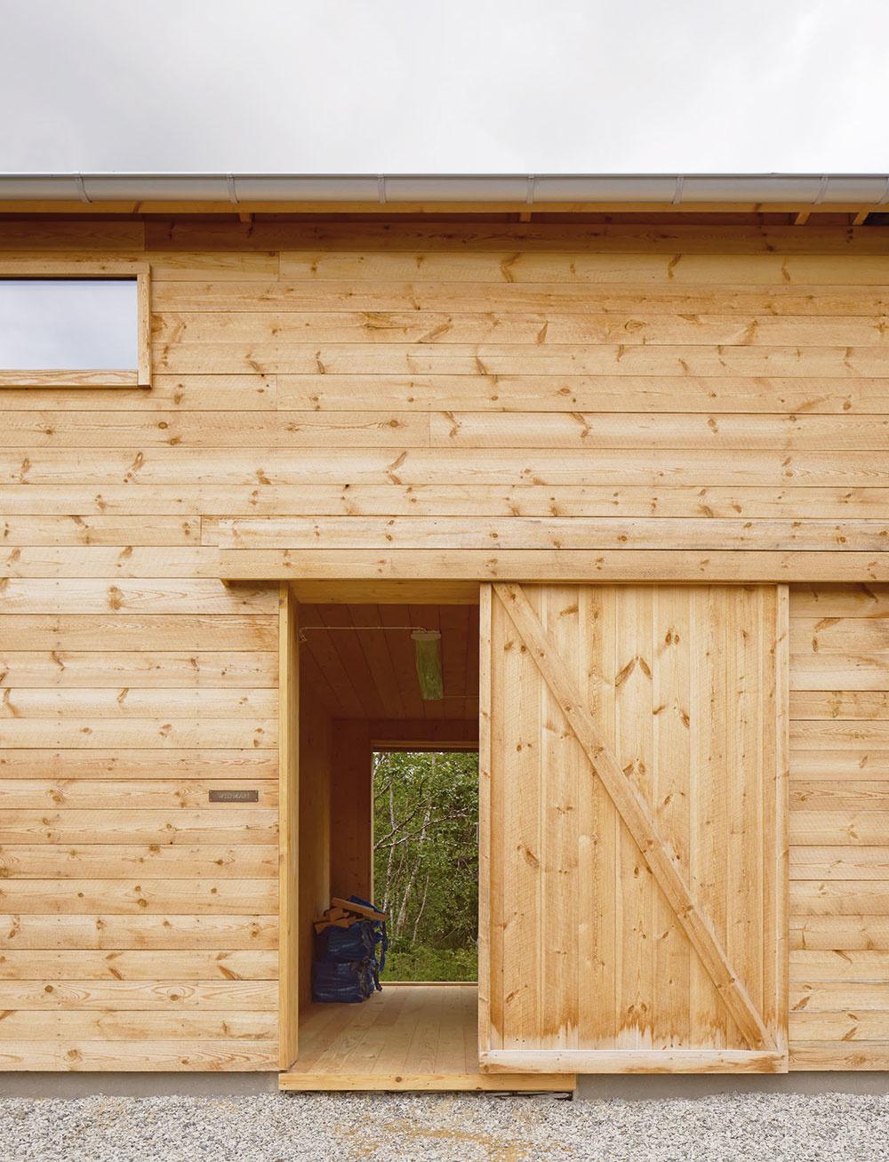 Posuvné dvere do domu sú priestorovo úsporným abezpochyby zaujímavým riešením.