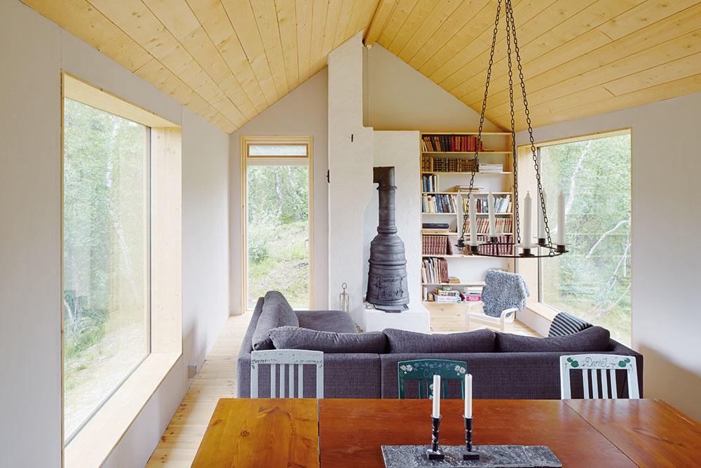 Na úzkom adlhom pôdoryse drevostavby vytvoril architekt Widman útulné priestory snádherným výhľadom do okolia, ktoré možno bez problémov využívať počas celého roka.