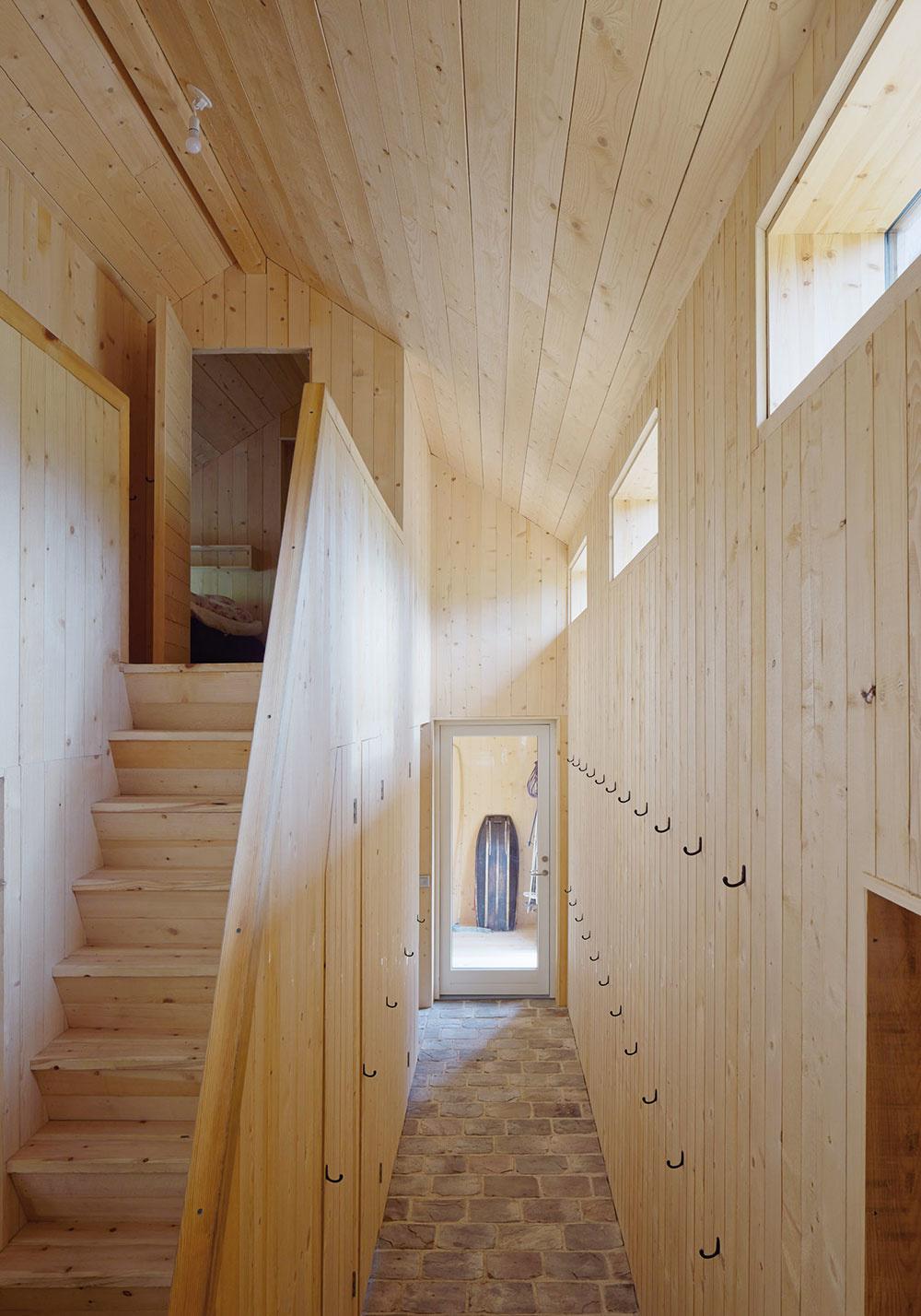 Podkrovie je využité len včasti drevenej stavby, vo zvyšku nechal architekt vyznieť priestor, drevo asvetlo, atiež šikovné, jednoduché nápady.