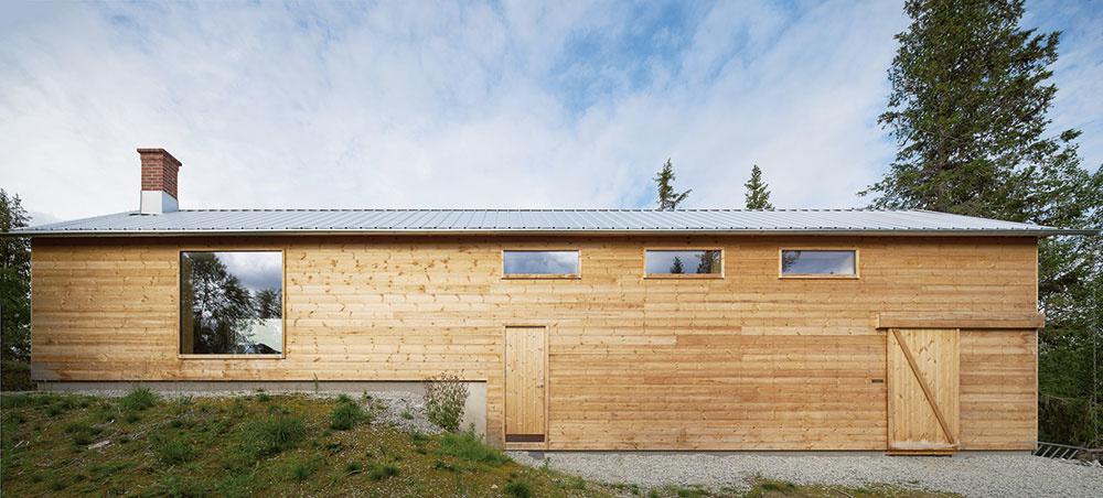 Najuhozápadnej strane spopoludňajším slnkom poskytuje dom aj chránené miesto na relax vexteriéri.