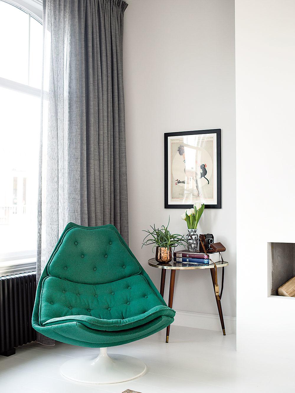 DOMINANTNÉ KRESLO bolo pôvodne fialové, no majiteľka sa ho rozhodla potiahnuť látkou vo svojej obľúbenej zelenej farbe.