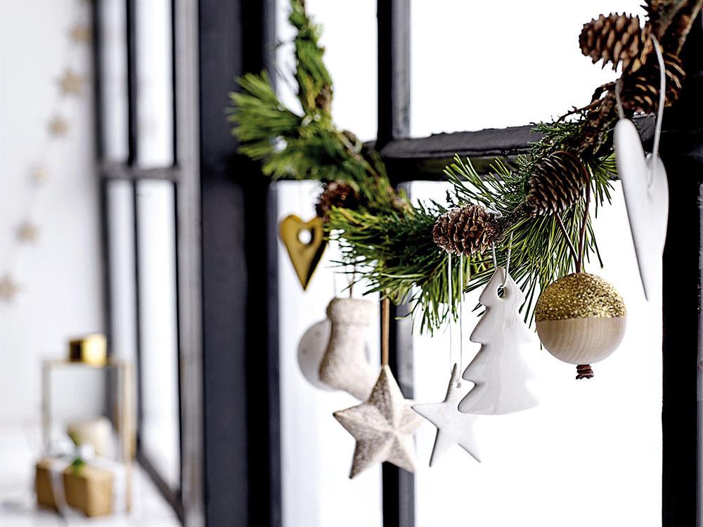 Girlanda zčečiny prevísajúca na okne aozdobená niekoľkými vianočnými doplnkami alebo šiškami bude peknou dekoráciou počas celej zimy. Staviť môžete aj na jednoduchosť, stačí, že ju neozdobíte.