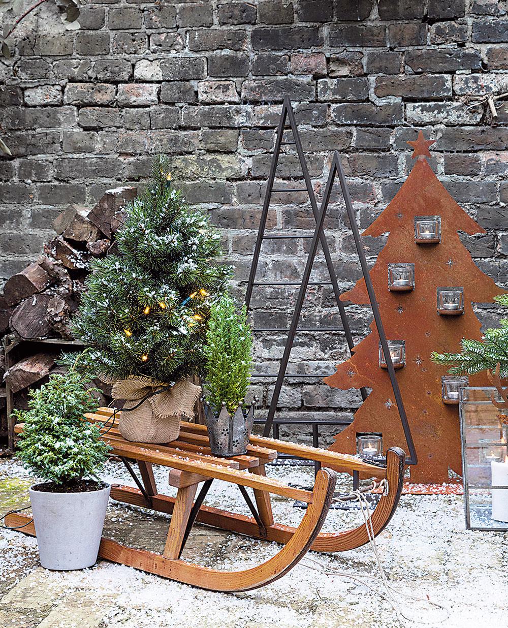 Skupinky dekorácií skombinované so živými rastlinami možno umiestniť kdekoľvek kdomu, na terasu ido zimnej záhrady. Využiť sa dajú sánky, narúbané drevo, lampáše istaré korčule na ľad.