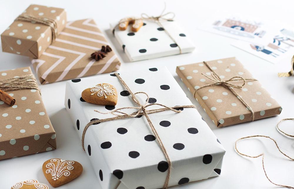Baliaci papier Kraft ZIGZAG od značky Katie Leamon, 100 % recyklovaný papier, 100 g, 50 × 70 cm, vbalení 3 ks, 6,50 €, www.jollity.sk