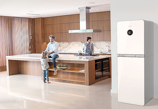 CONDENS 9000i (BOSCH)  Nový elegantný závesný kotlík má komfortnú obsluhu aje pripravený na pripojenie kinternetu aovládanie pomocou smartfónu. Výkon je regulovateľný vrozsahu až 1 : 10, takže napríklad 30 kW kotol má spodnú hranicu výkonu len 3 kW. Vkombinácii sreguláciou CW 400 dosahuje energetickú účinnosť A+, ide teda ojedno znajefektívnejších zariadení vdanej kategórii. Okrem nástenných sú vponuke aj rovnako kompaktné stacionárne modely so vstavaným zásobníkom teplej vody. www.jednoduchorevolucny.sk