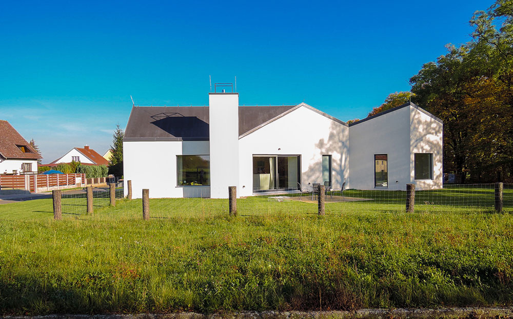 Dom so srdcom v tvare kruhu a korunou na hlave odkazuje na sedliacke stavby