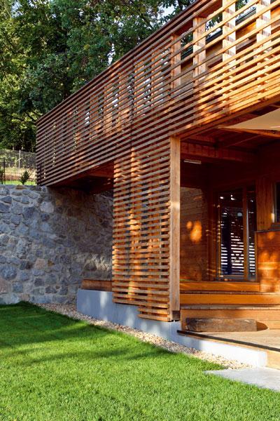 Drevený dom v priamom kontakte s veľkou záhradou