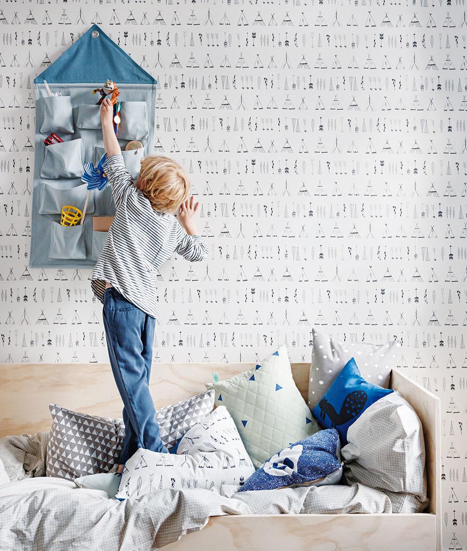 Ak si chcú deti pred spaním odložiť svoje hračky blízko ksebe, pribite im na stenu látkový organizér hračiek. Každé okienko bude vyhradené na čosi iné, čo má pre vaše dieťa hodnotu. Akonečne bude vizbe poriadok. :-)
