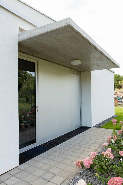 Čistý kubický tvar a biela farba: Rodinný dom v dokonalom súlade