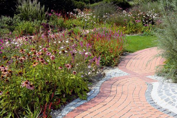 Zarámujte chodníky kvetmi