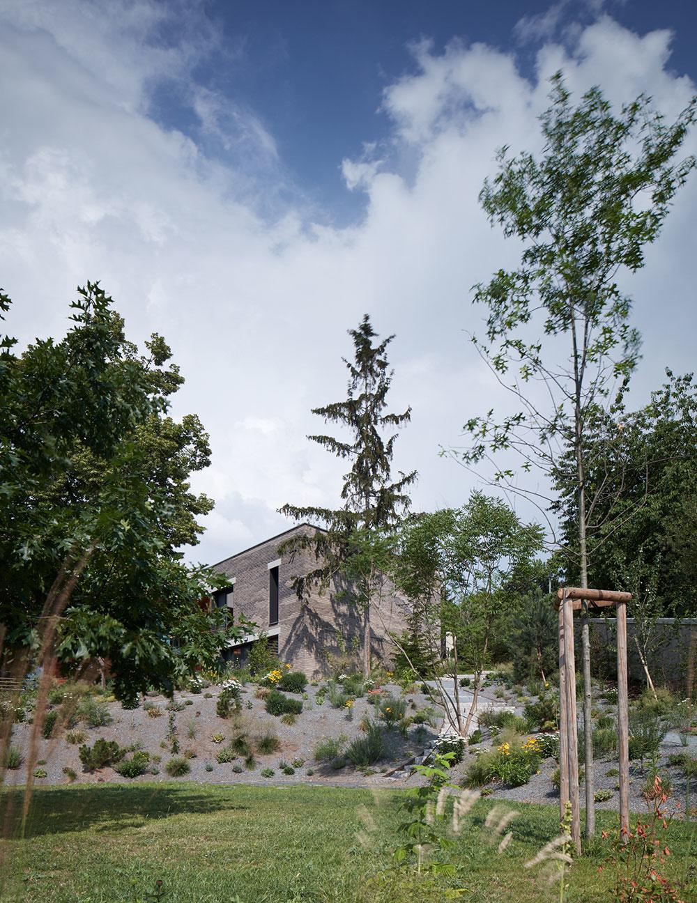 Z ulice pôsobí ako prízemný dom, ktorý sa v plnej kráse otvára smerom do záhrady