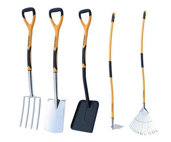 Záhradné náradie Patriot zaujme modernými materiálmi, ergonomickým spracovaním a zaujímavým pomerom cena / výkon. Zľava doprava: rycie vidly, rýľ, lopata, motyka, hrable. predáva Mountfield