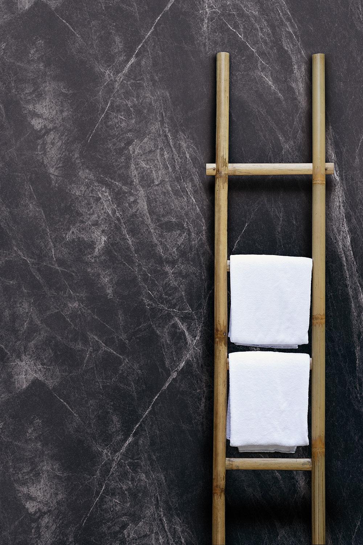 Najnovší trend v kúpeľni: Čierno-biela kombinácia s mosadznými doplnkami