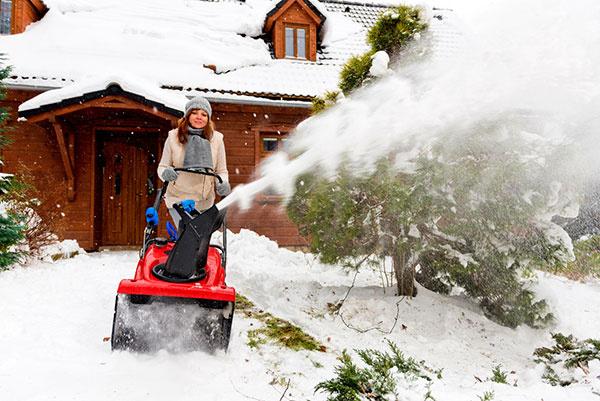 Odhod snehu z prístupovej cesty hladko zaistí jednostupňová benzínová snehová fréza Toro Quick Clear CCR 6053 R