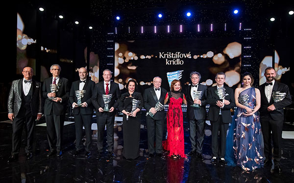 Laureáti ocenenia za rok 2017 spolu s organizátorkou, autorkou a producentkou Krištáľového krídla Máriou Vaškovičovou