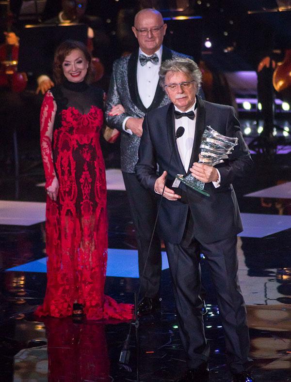 Laureát Mimoriadnej ceny Pavol Hammel prebral ocenenie z rúk Márie Vaškovičovej a Gabriela Csollára