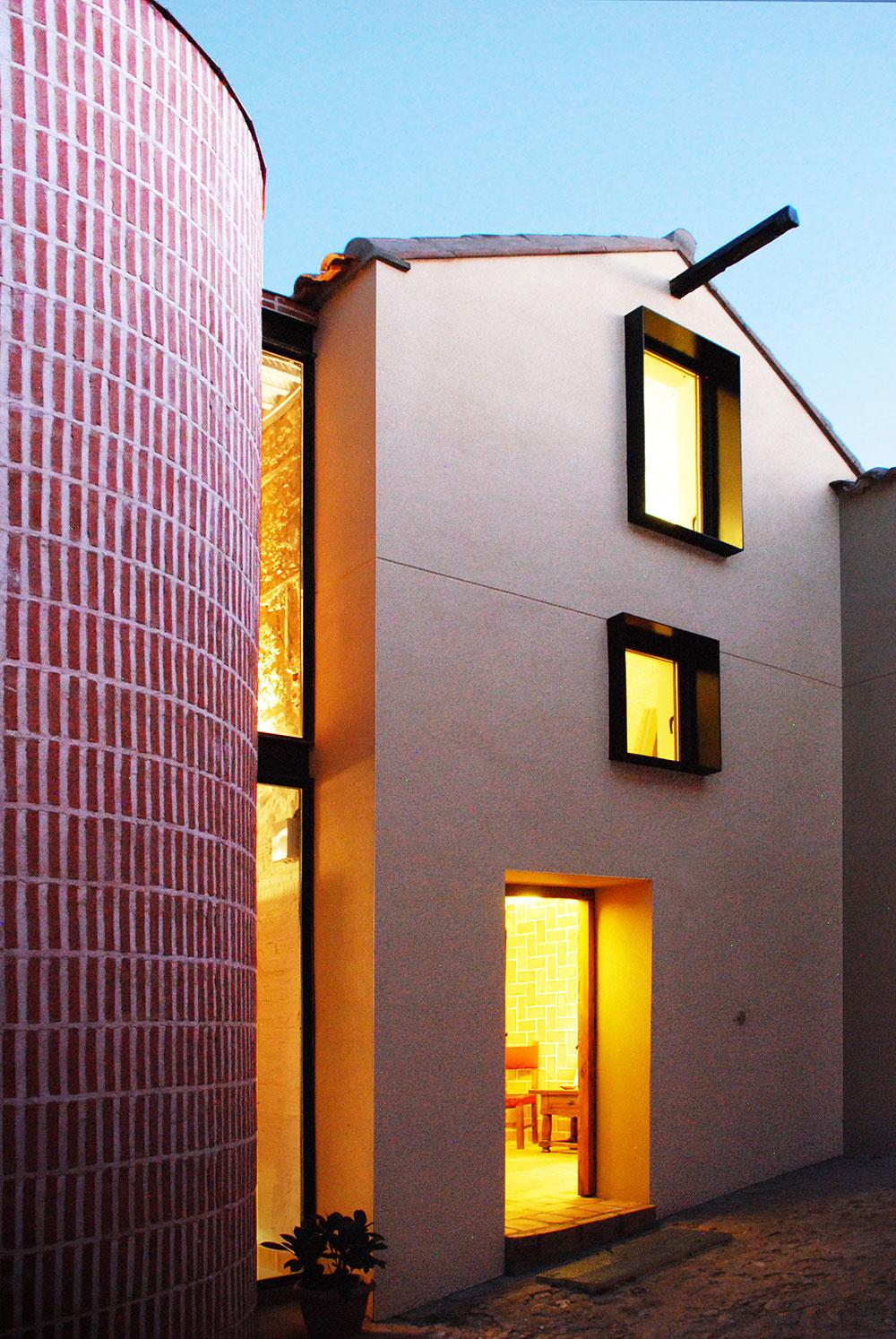Ako sa stará hospodárska budova premenila na charizmatické bývanie