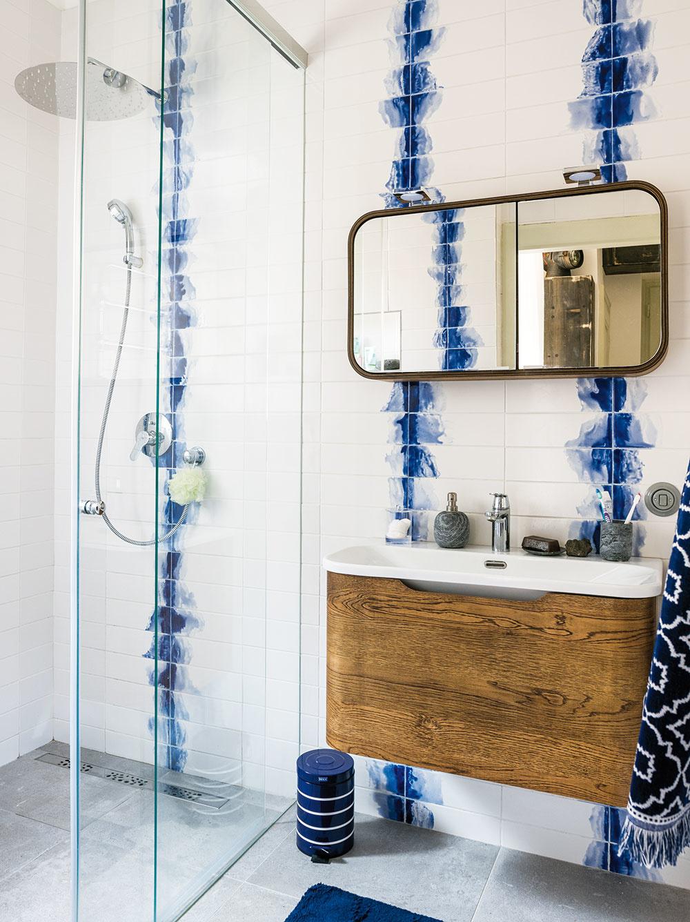 Nová kúpeľňa vznikla zbývalej komory. Zmena polohy kúpeľne aposunutie priečky vkuchyni boli pri rekonštrukcii bytu najväčšími zásahmi do dispozície.