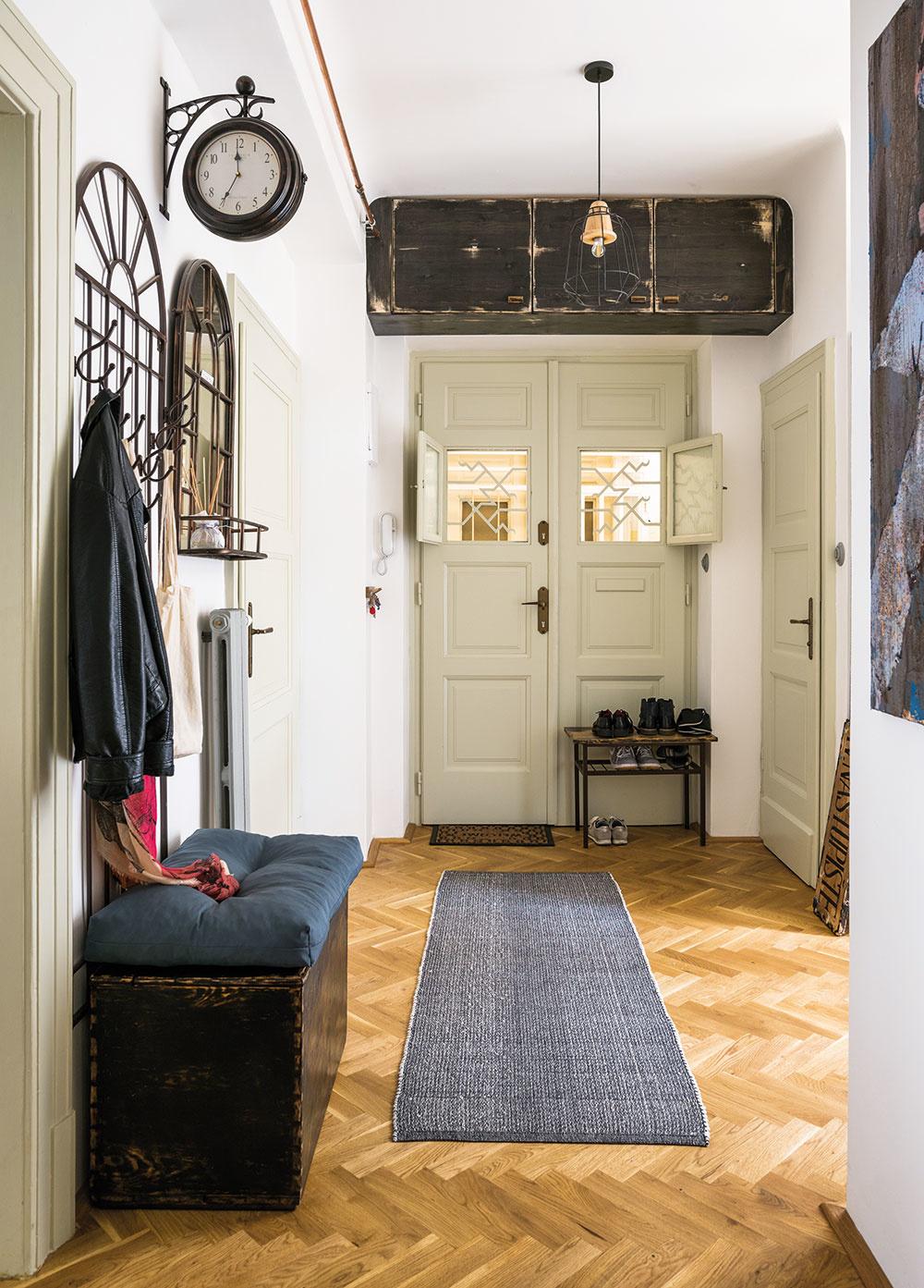 Rekonštrukcia storočného bytu trvala takmer deväť mesiacov – svoj čas si vyžiadali nová podlaha, obnova drevených prvkov či nové rozvody, dlho trvali aj hľadanie aúprava vhodného zariadenia, pri ktorom sa Miriama snažila väčšinou držať štýlu 30. a50. až 70. rokov minulého storočia.