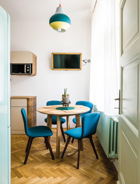 Súčasťou kuchyne je aj sympatický jedálenský kútik, domáci však najradšej jedávajú vobývačke.
