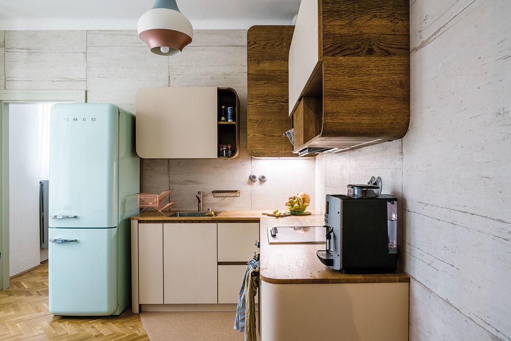 Za kuchyňou je pracovňa, ktorá zaujala miesto po niekdajšej kúpeľni.
