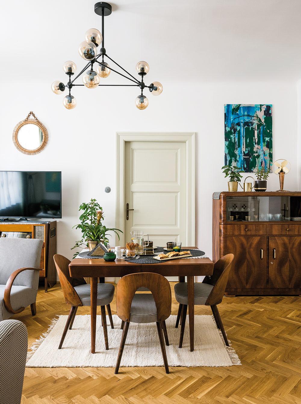Pôvodné prvky bytu, napríklad drevené zárubne advere, zachovali aopravili. Nábytok vyberala Miriama vštýle 50. až 70. rokov minulého storočia – práve takéto zariadenie prevládalo vbyte včase, keď ho mladá dvojica kúpila.