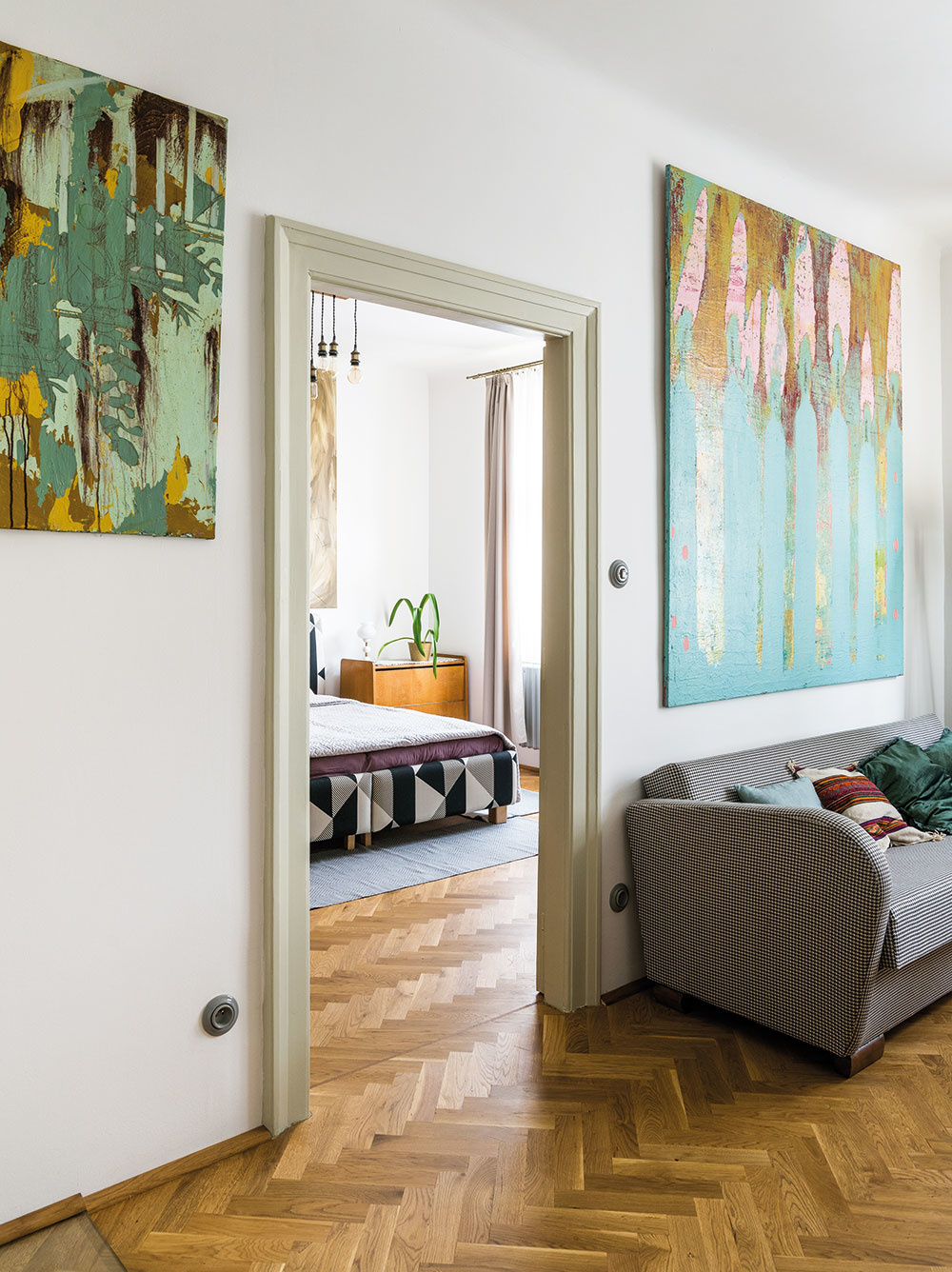 Miriamine maľby vniesli do atmosféry bytu ducha súčasnosti – hoci ide omoderné umenie, perfektne sa hodia  khistorickému zariadeniu.