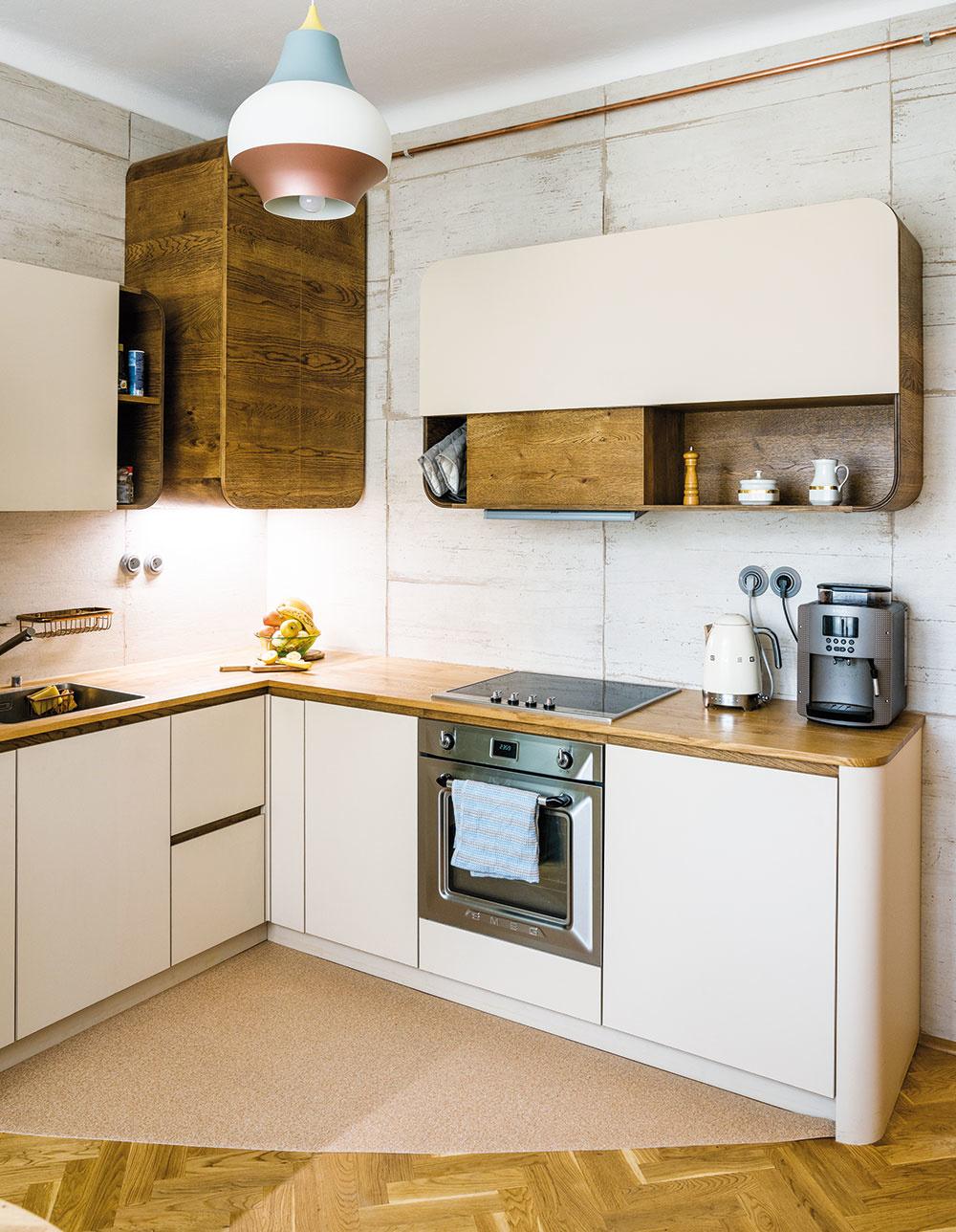 Pripomienka histórie. Pri návrhu novej kuchynskej linky sa Miriama inšpirovala štýlom art déco. Bol moderný v30. rokoch minulého storočia, kedy bytový dom postavili.