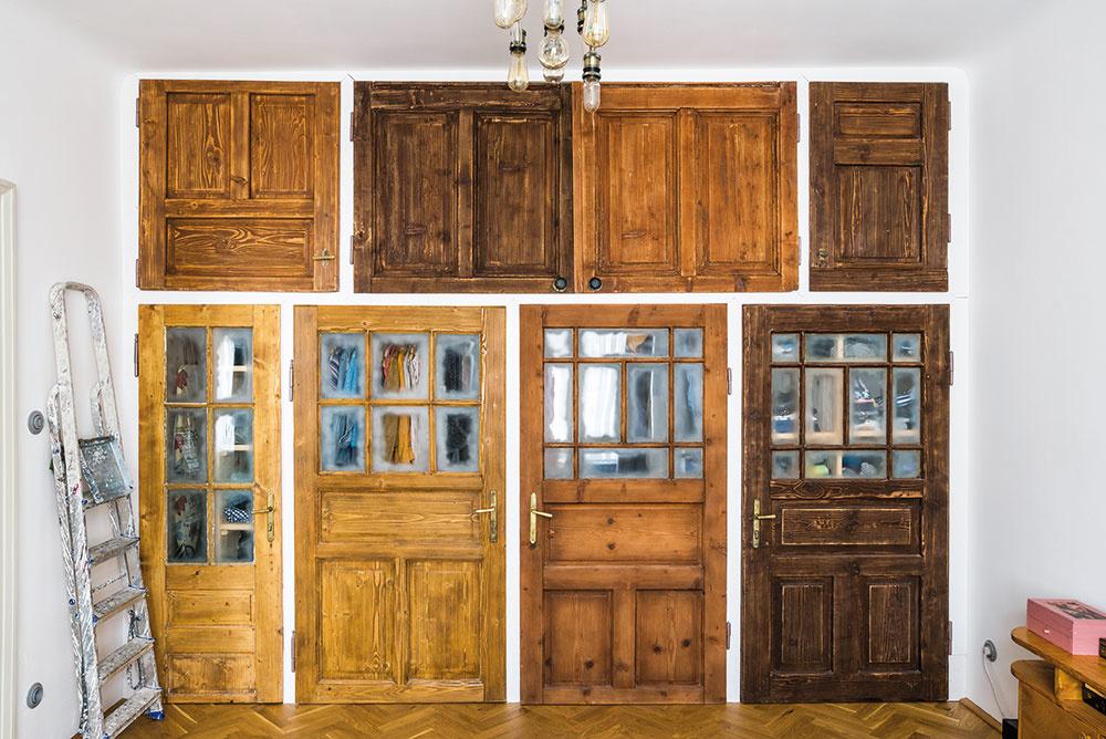 Originálny šatník vspálni vznikol zo starých dverí. Pôvodne chceli domáci takto využiť dvere zo skríň, ktoré vbyte ostali po pôvodnej majiteľke, tento nápad sa však nedal zrealizovať.