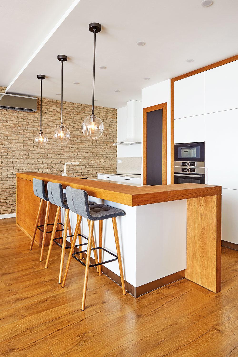 ZÁKLAD INTERIÉRU tvorí na mieru vyrábaný nábytok sčistými, jednoduchými tvarmi akombináciami bielych lesklých plôch sprírodným olejovaným dubom.