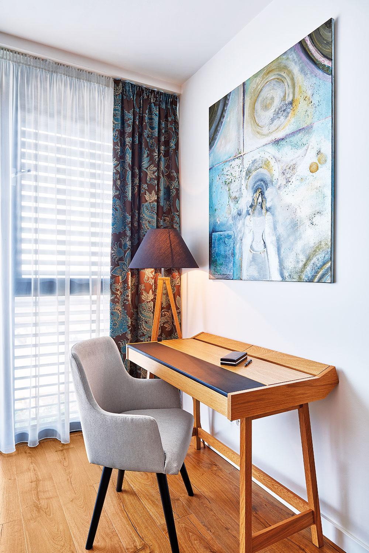 DIZAJNOVÝM KÚSKOM je aj písací stolík Brompton súložným priestorom skrytým pod elegantným koženým výklopom.