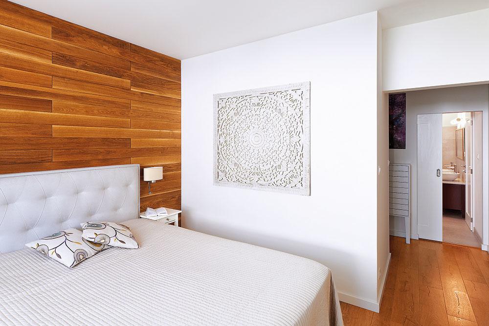 VSPÁLNI ZA ČELOM POSTELE je obklad zmasívnych dubových dosiek, ktorý mal pretepliť priestor. Čalúnená posteľ je od amerického výrobcu luxusných postelí King Koil, predáva Koratex.