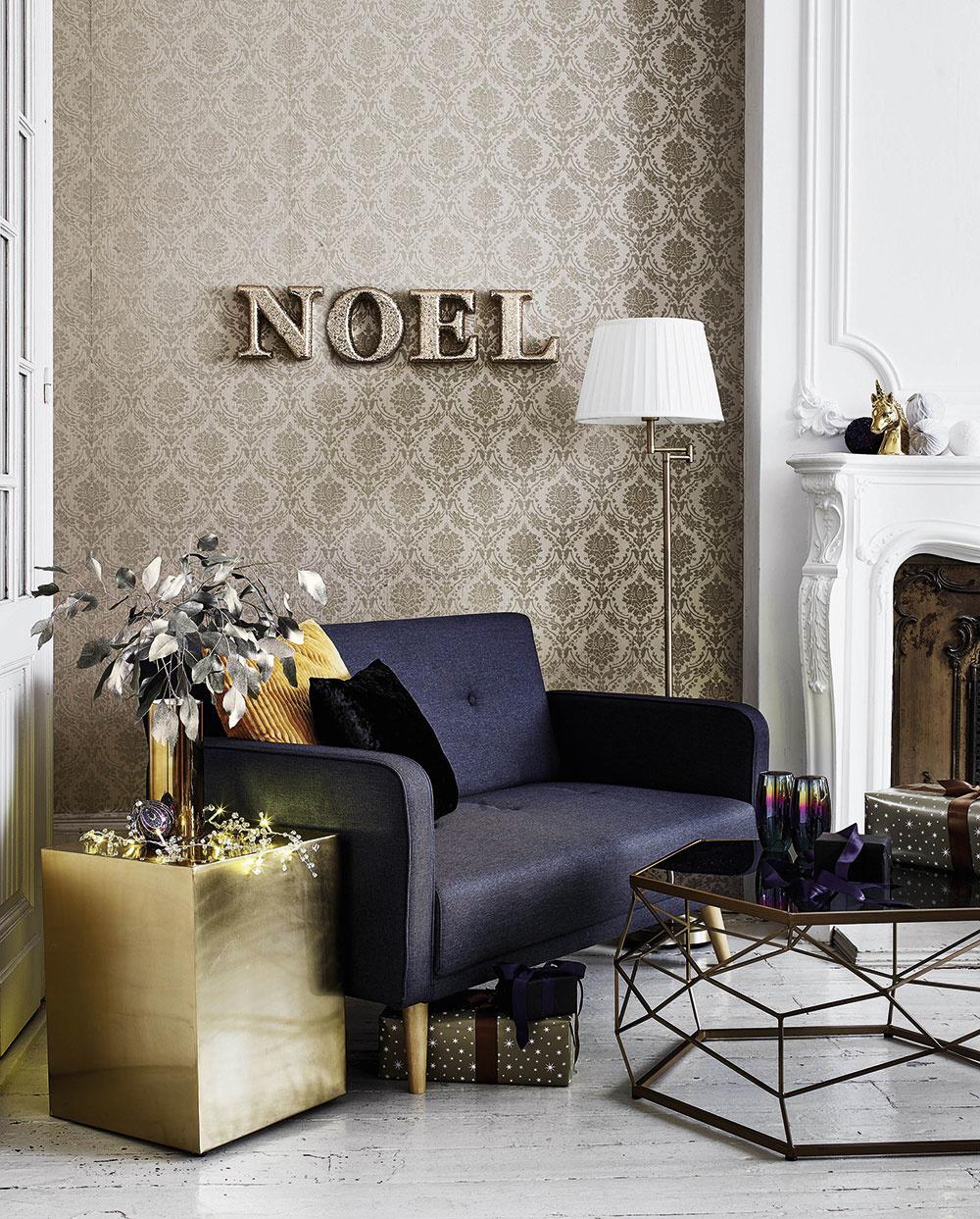 Metalické tapety s ornamentálnym vzorom sú tie pravé do glamour obývačky – zútulnia i nahradia obrazy alebo iné nástenné dekorácie. Postačí, keď tapeta bude dominovať na jednej stene v miestnosti.