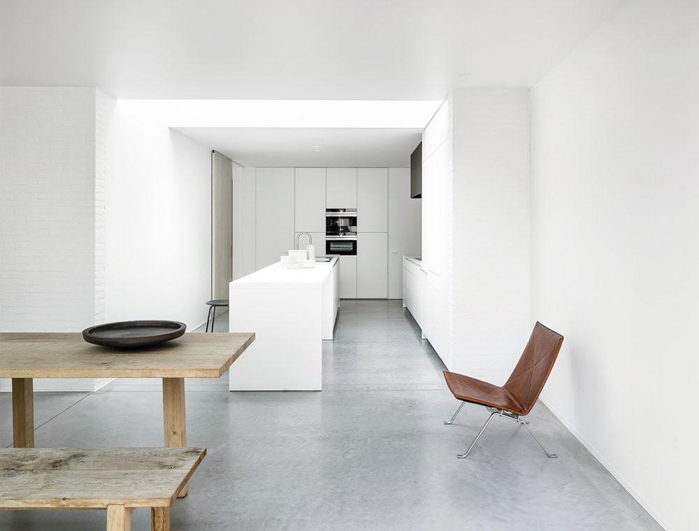 Myšlienka minimalizmu je stále aktuálna. Nabáda človeka vzdať sa nadbytočných vecí a starostí s ich zaobstaraním či údržbou. Odbremeniť interiér a zamerať sa na to, čo skutočne potrebujeme. Bez zbytočných doplnkov a skrášľovania. Minimalistický interiér nič nepredstiera. Medzi hlavné výrazové prostriedky patria jednoduché tvary, nerušivé farby a materiály. Ukazuje ich v čistej, obnaženej podobe – chladný betón tu dopĺňa krása a charakter surového dreva.