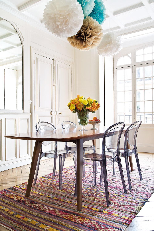 """VESELÉ FAREBNÉ """"POMPOMY"""", ktoré visia zo stropu jedálne, vniesli do parížskej elegancie niečo zkalifornskej uvoľnenosti."""