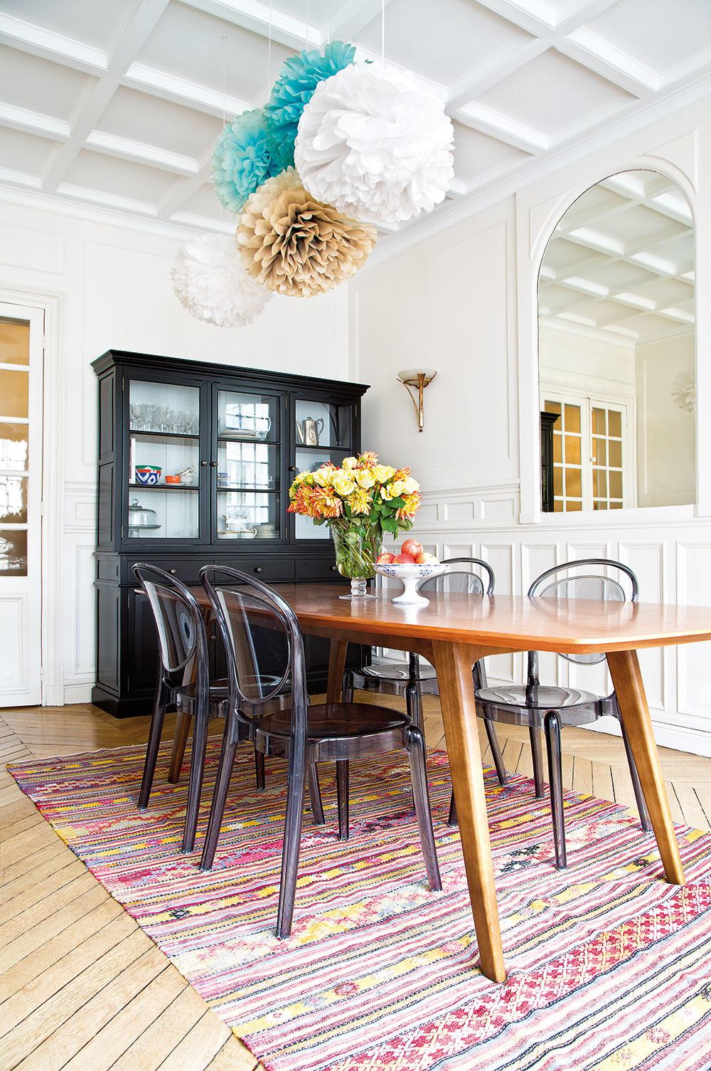 STARÝ ČIERNY PRÍBORNÍK, drevený stôl, plastové stoličky apestrý tkaný koberec sú dôkazom toho, že aj zdanlivo nekombinovateľné kúsky dokážu spolu vytvoriť jeden harmonický celok.
