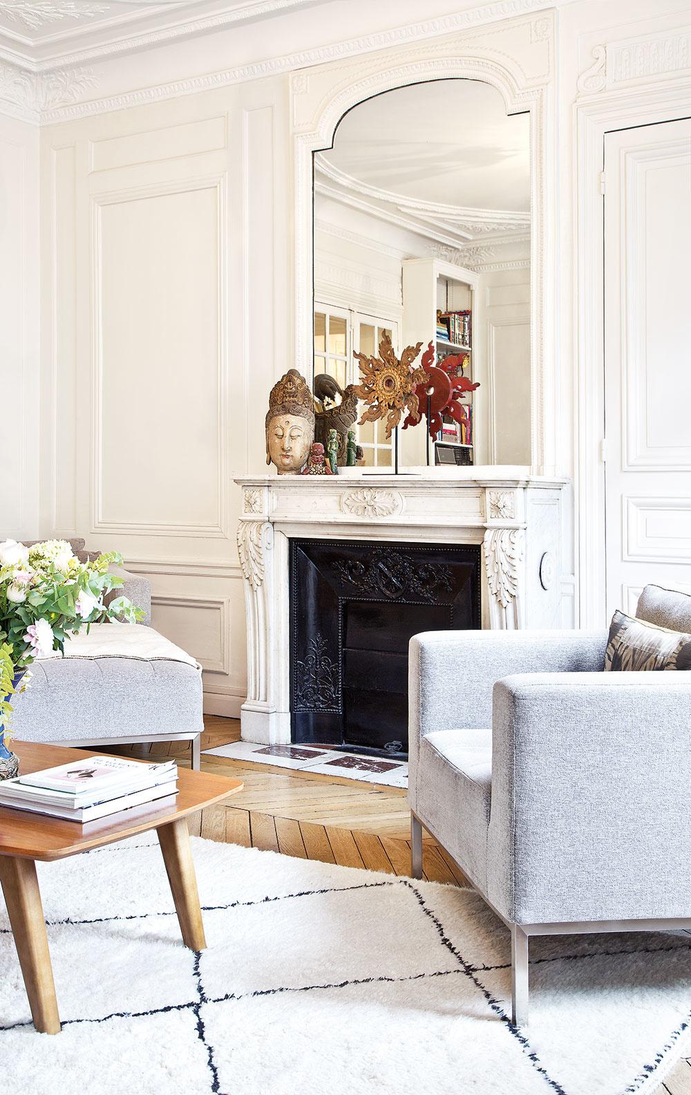 OBÝVAČKA JE ZARIADENÁ vjemných odtieňoch bielej asivej, pocit tepla jej pridáva mäkký vlnený koberec.