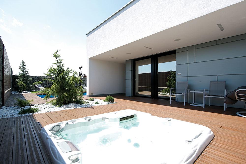 Zo študentskej izby na konci dispozície je prístupná zadná terasa so zabudovanou vírivkou a saunou. Terasy okolo domu sú vyhotovené z pareného jaseňového dreva, ktoré zjemňuje strohý a čistý koncept stavby.